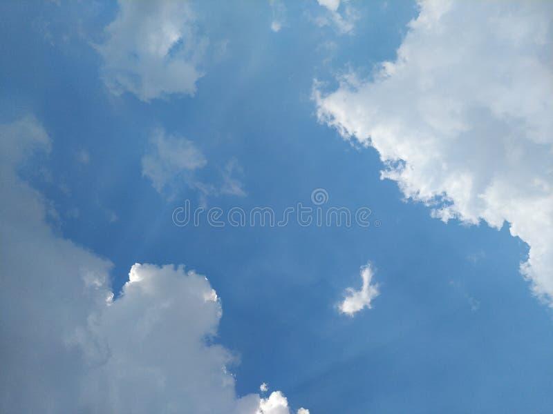 Небо в полдень светлое от солнца и красивых облаков стоковая фотография rf
