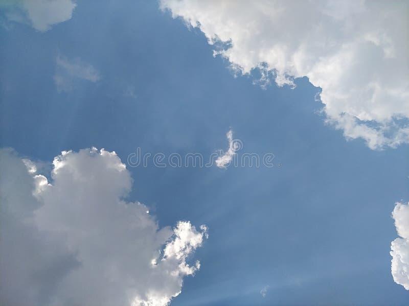 Небо в полдень светлое от солнца и красивых облаков стоковое фото rf