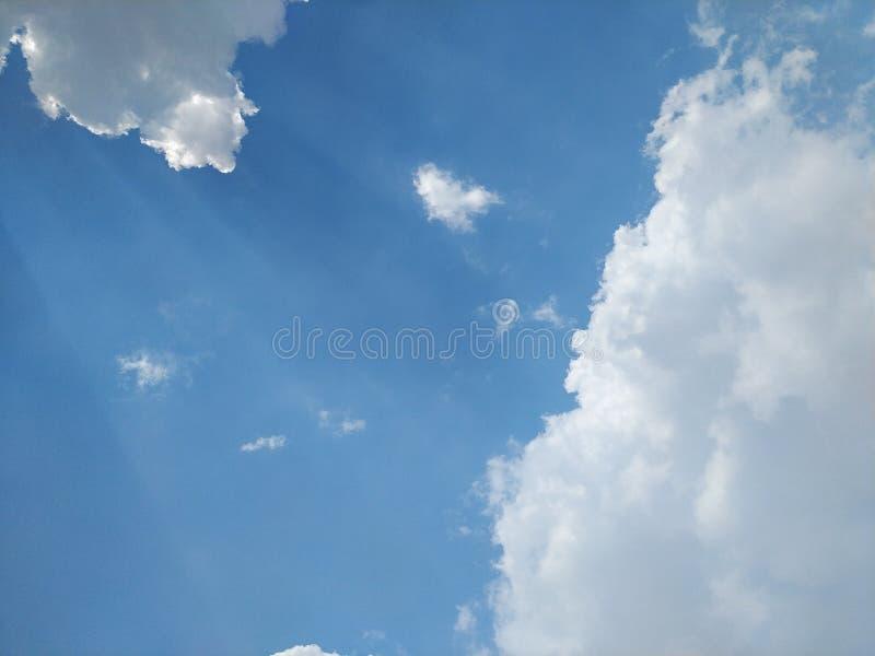 Небо в полдень светлое от солнца и красивых облаков стоковые фотографии rf