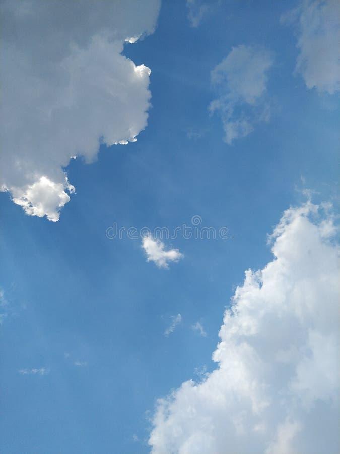 Небо в полдень светлое от солнца и красивых облаков стоковое фото