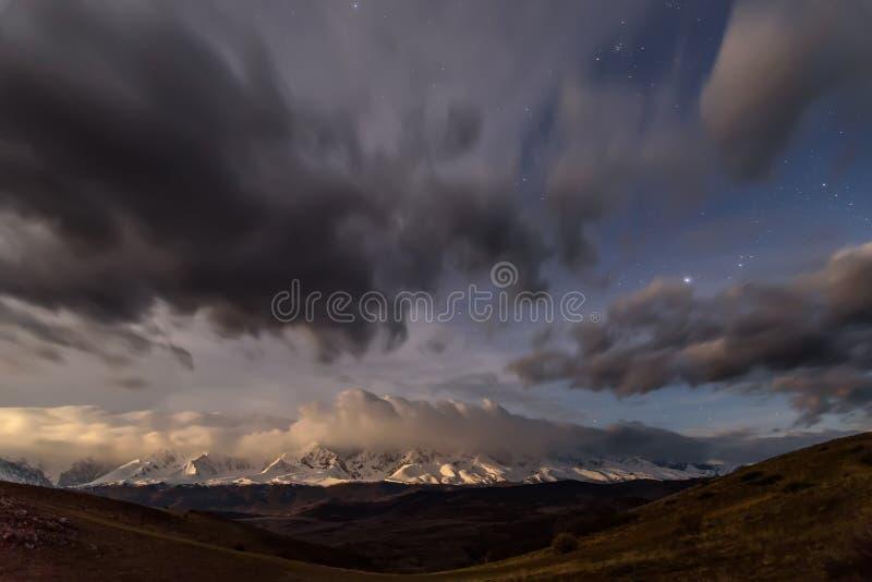 Небо гор заволакивает степь звезд стоковые фотографии rf