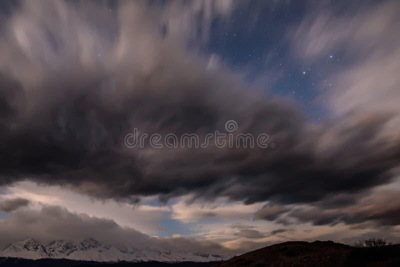 Небо гор заволакивает степь звезд стоковые изображения rf