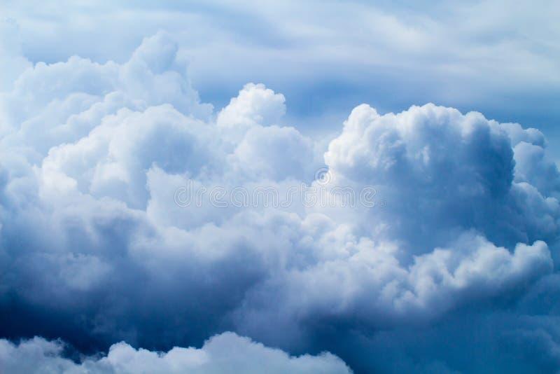 Небо лета с пушистым фото предпосылки облаков Белый фон облака стоковая фотография