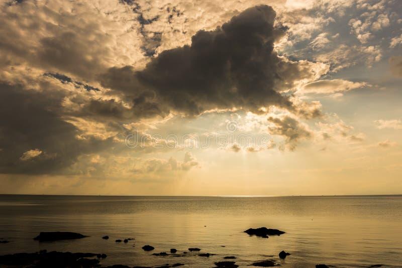 Небо заволакивается на море, настроение хмуро, сиротливый, depre стоковые изображения rf