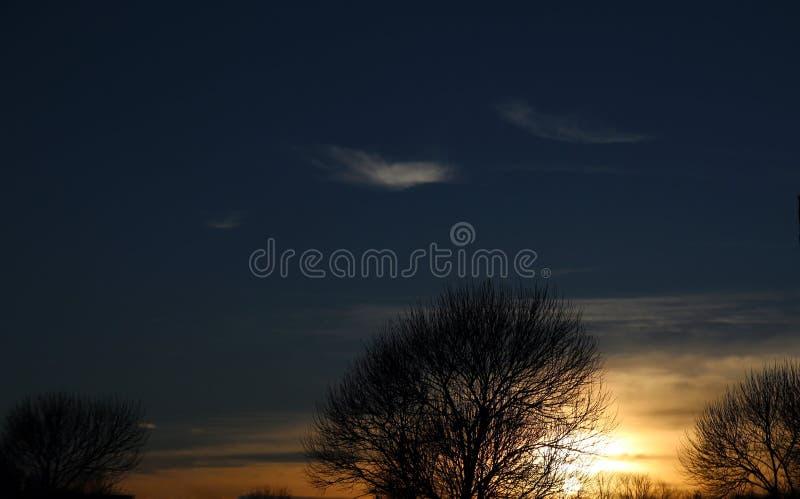 Небо захода солнца городского пейзажа стоковые фото