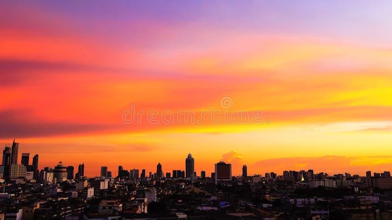 Небо захода солнца зданий города Бангкока взгляд сверху twilight оранжевое видит красивую фиолетовую предпосылку природы стоковая фотография rf