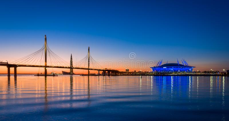 Небо захода солнца над рекой Neva Санкт-Петербурга стоковые изображения rf