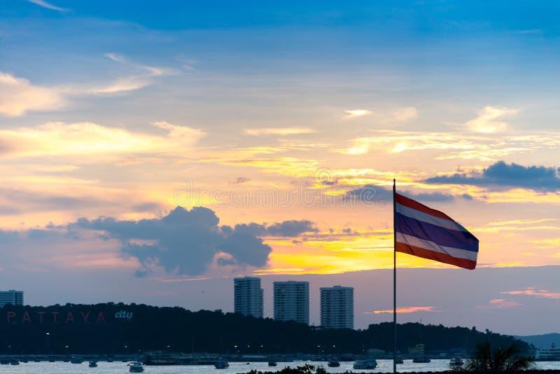 небо захода солнца с знаком города Паттайя на холме на & x28; Бали Hai Pier& x29; Пэт стоковые изображения