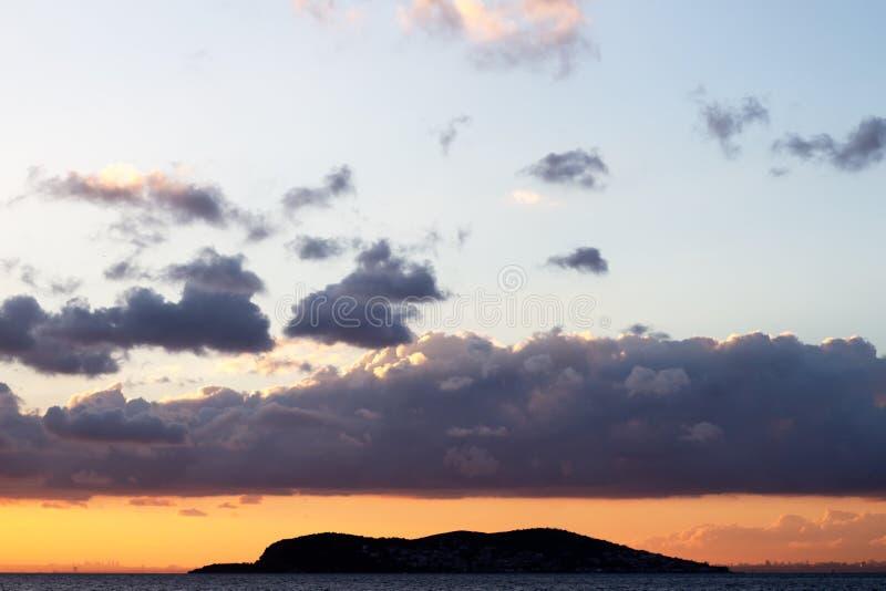 Небо захода солнца с красивыми облаками над островами Стамбула стоковое фото rf