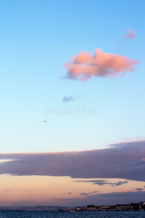 Небо захода солнца с красивыми облаками над островами Стамбула стоковое фото