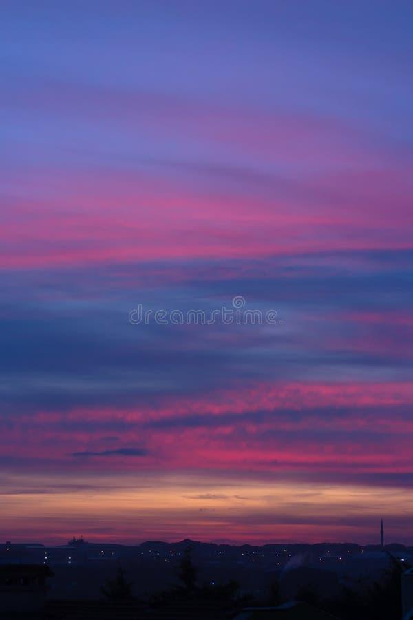 небо захода солнца с красивыми облаками над Стамбулом стоковая фотография