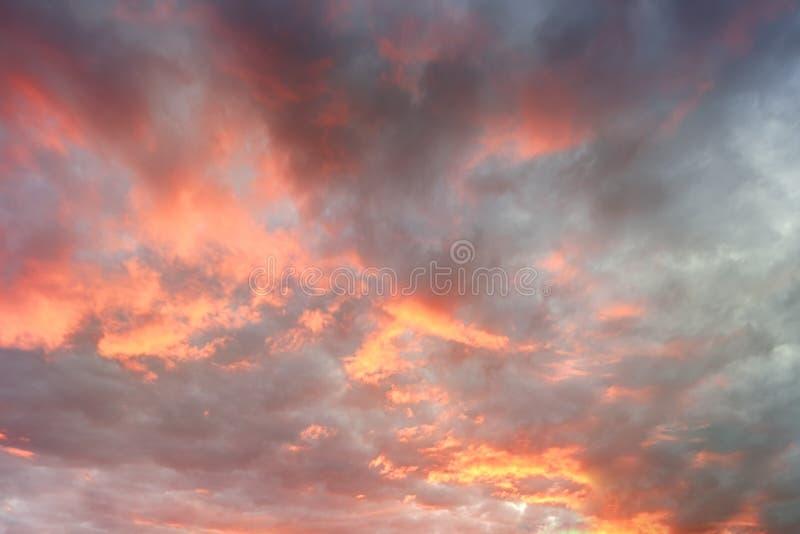 Небо захода солнца Dramatics для предпосылки Драматическое небо захода солнца при облака накаляя красный стоковая фотография rf