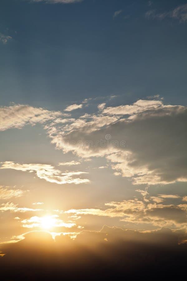 Небо захода солнца Dramatics с облаками стоковые изображения rf