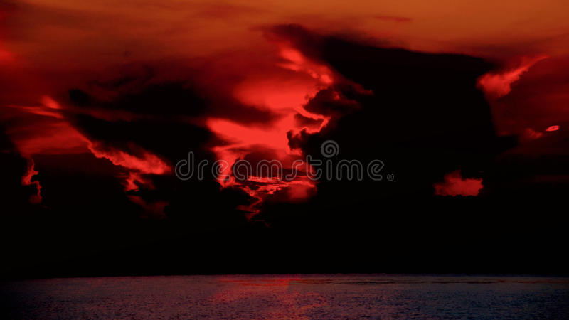 небо захода солнца с темными драматическими облаками стоковое фото
