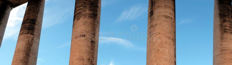 Небо за колоннадой стоковое изображение