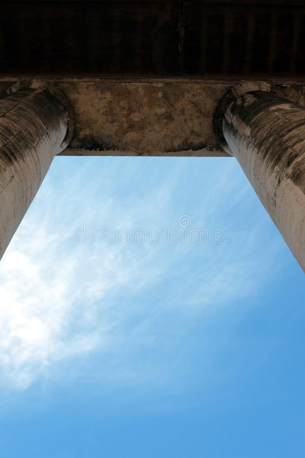 Небо за колоннадой стоковое фото