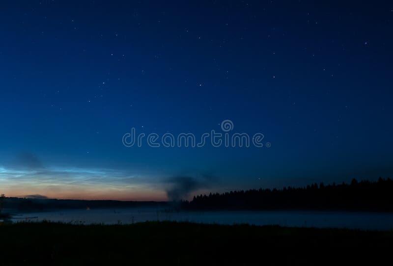 Небо звезды ночи тумана озера стоковое фото