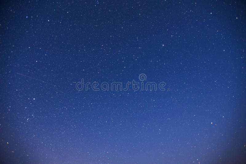 небо звёздное Фантастический метеорный поток зимы и снег-покрытые горы стоковые изображения