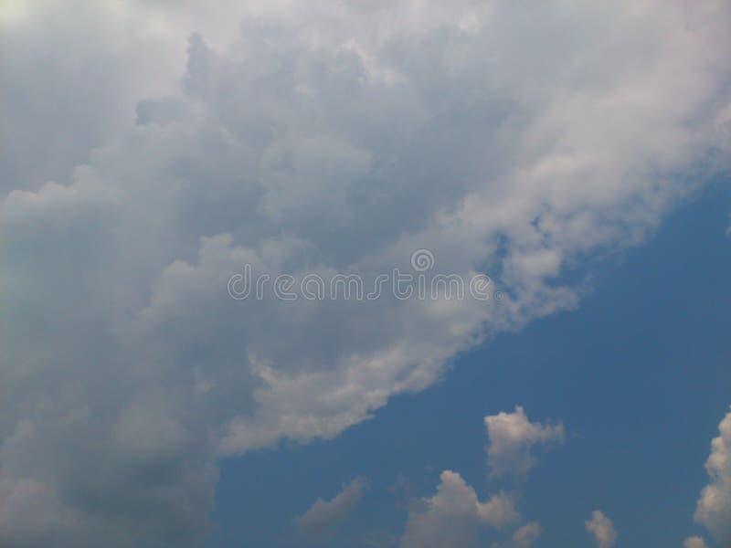 Небо изображения дождливое с серыми облаками стоковая фотография rf