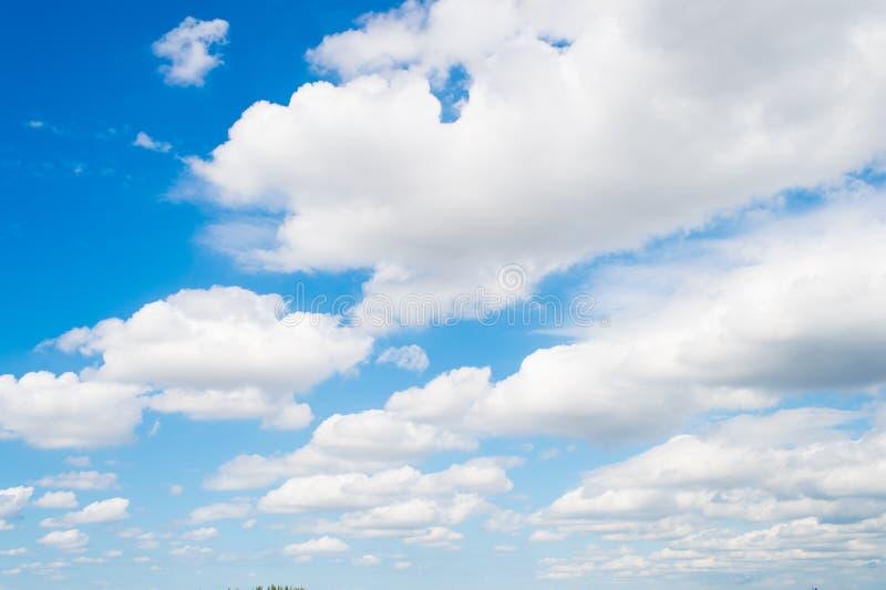 Небо и белые облака в miami, США Cloudscape на предпосылке голубого неба Погода и природа Концепция свободы и мечты Wanderlust a стоковая фотография