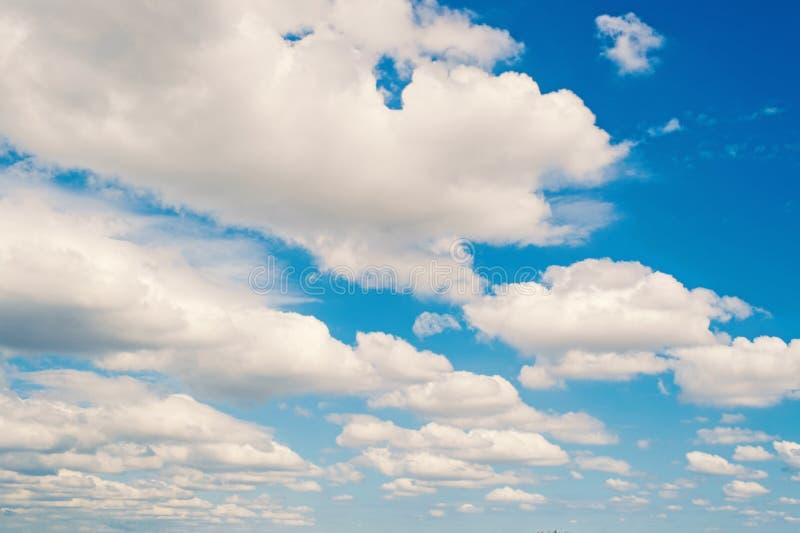 Небо и белые облака в miami, США Cloudscape на предпосылке голубого неба Погода и природа Концепция свободы и мечты стоковое изображение rf