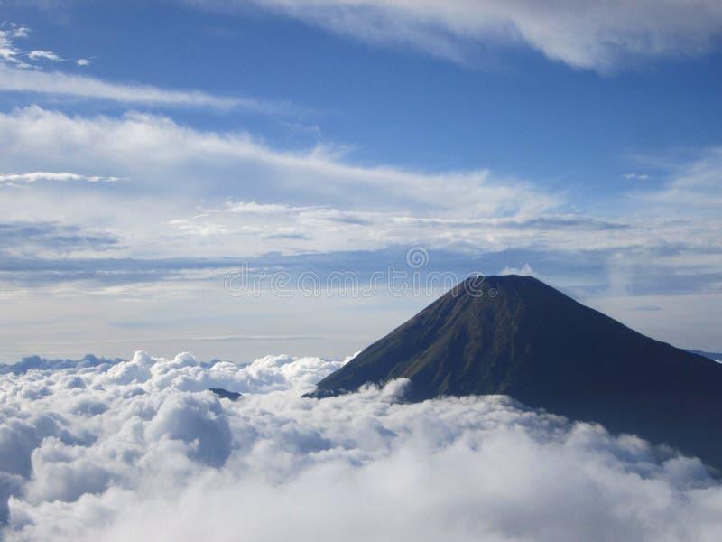 Небо и гора облака стоковые изображения rf