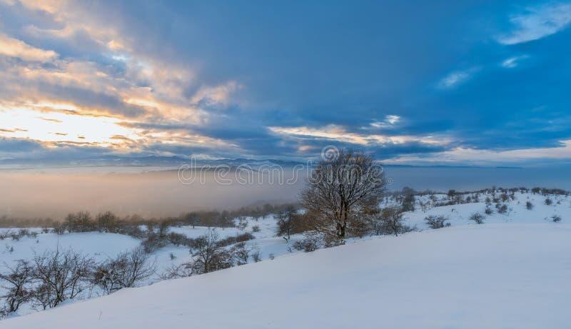 Небо и заход солнца горы зимы красочное стоковая фотография rf