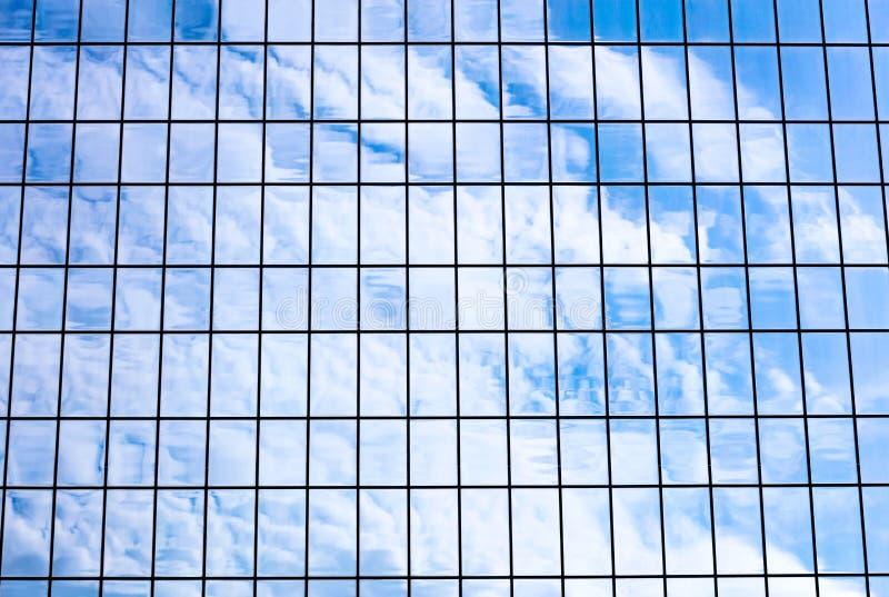 Небо и облака отразили в фасаде здания офиса стеклянном Archit стоковые фотографии rf