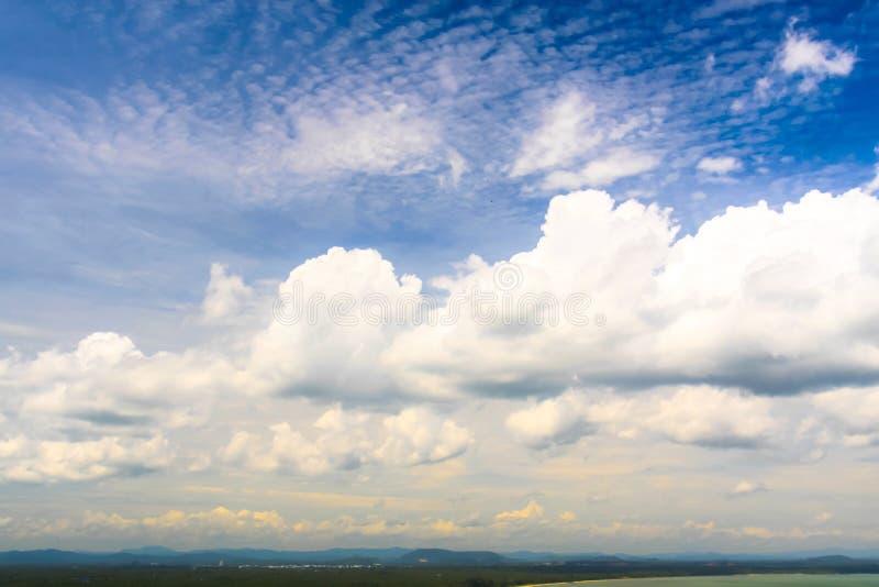Небо и облако красивого естественного взгляда неба голубое стоковые изображения