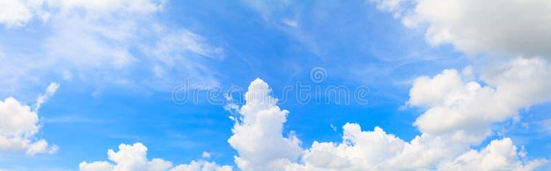 Небо и облако панорамы в предпосылке летнего времени красивой стоковое изображение rf