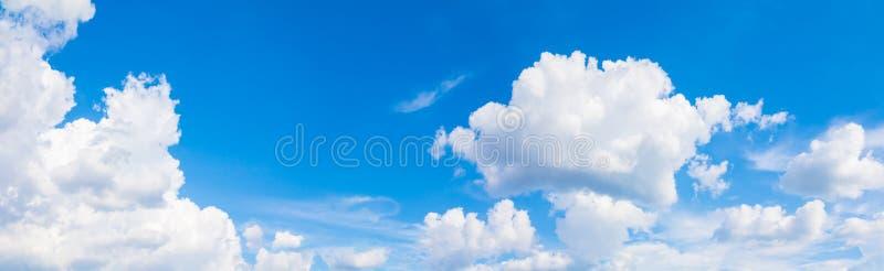 Небо и облако панорамы в предпосылке летнего времени красивой стоковая фотография rf