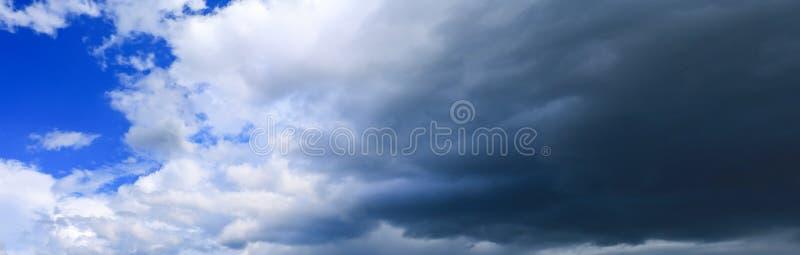 небо и облако панорамы с темнотой шторма в предпосылке временени красивой стоковые изображения