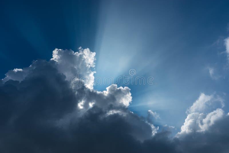 Небо и облако с световым лучом стоковое фото