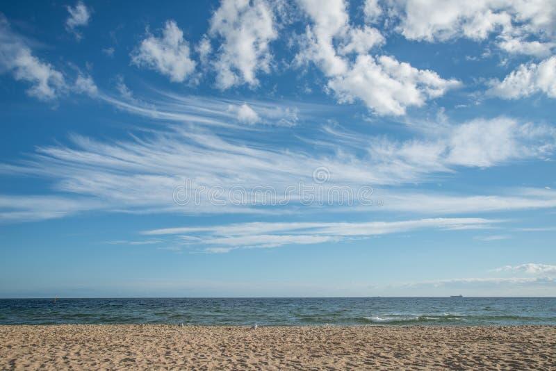 Небо и песок приставают к берегу на StKilda, Мельбурне, Австралии стоковые изображения