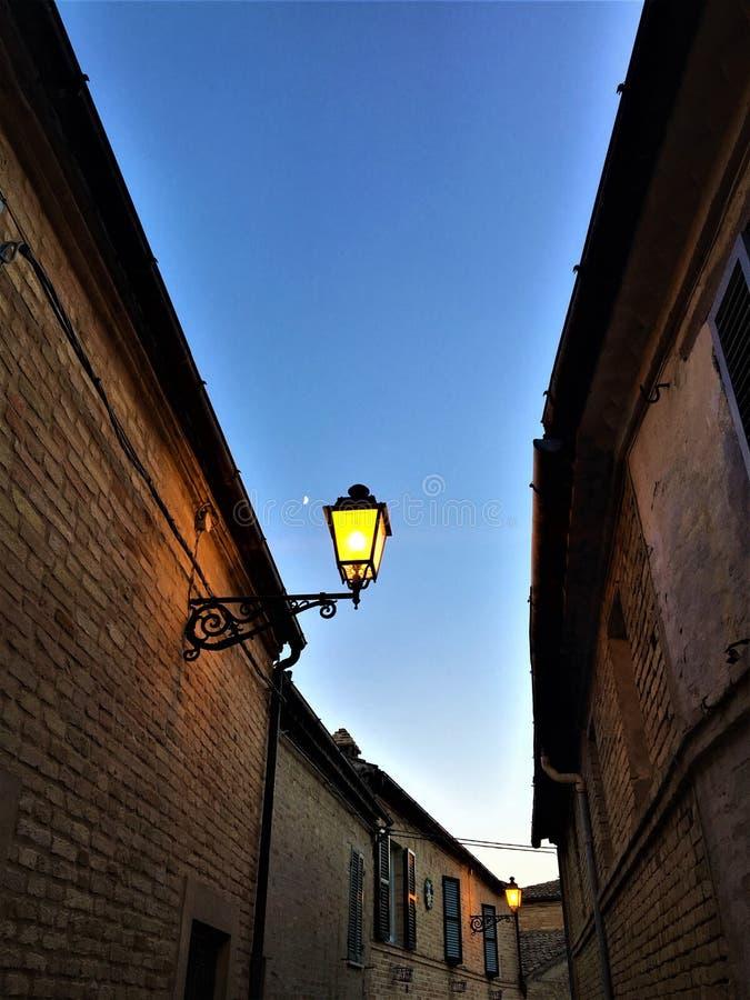 Небо и уличный фонарь стоковые фото