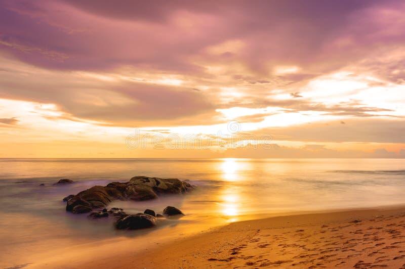 Небо красивого вида тропического пляжа на заходе солнца Khaolak и остров Пхукет, Таиланд стоковые изображения rf