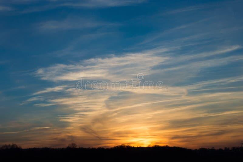 Небо красивого захода солнца голубое с облаками стоковые изображения rf