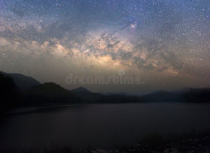 Небо красивой ночи звёздное с поднимая млечным путем над mounta стоковое фото rf