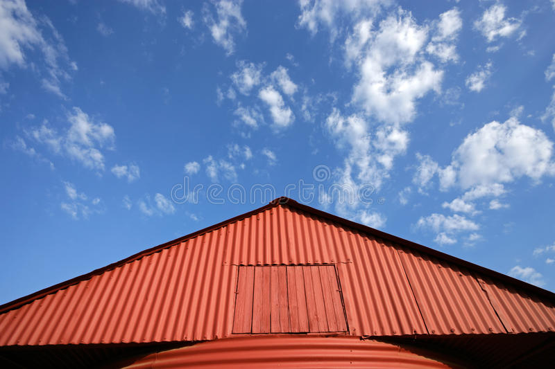 небо красного цвета амбара стоковые фото