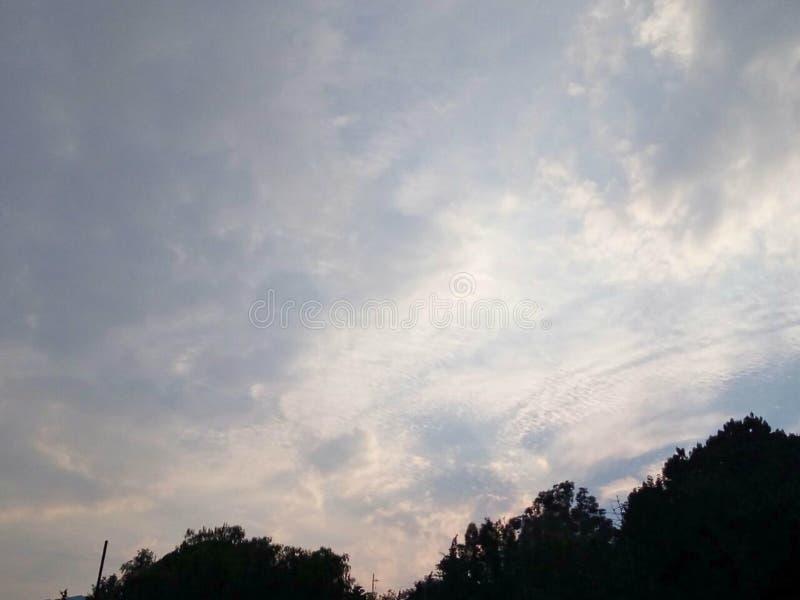 Небо красоты вполне смешных облаков стоковые изображения