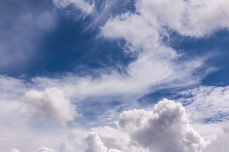 Небо лета после дождя в облаках грома, текстуры стоковое фото rf