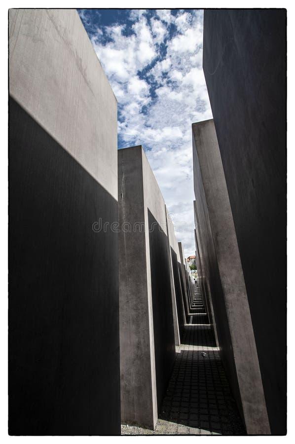 Небо над памятником холокоста в Берлине стоковое изображение