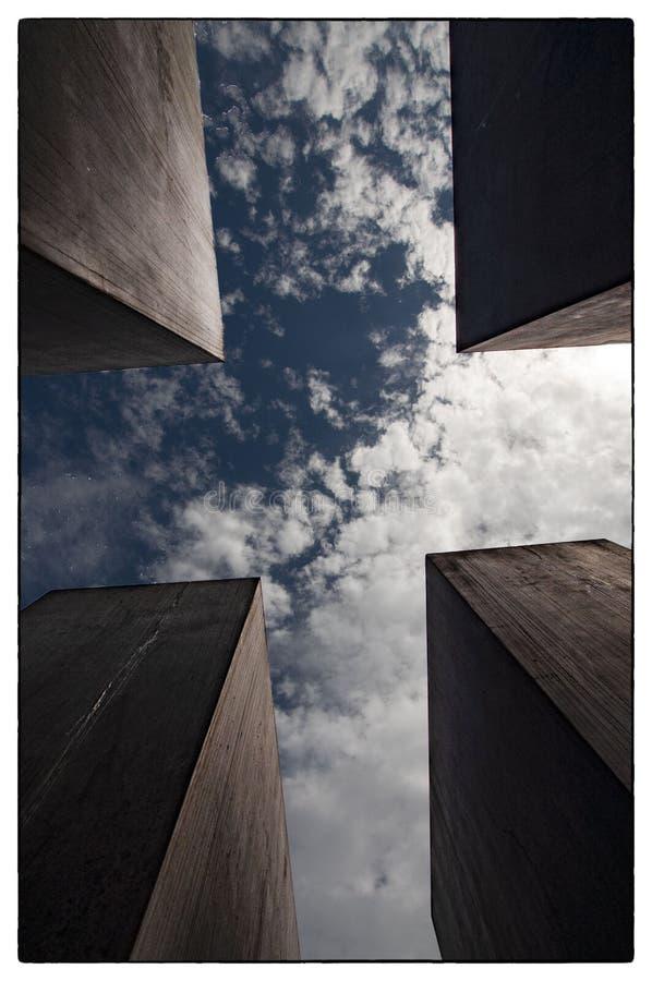 Небо над памятником холокоста в Берлине стоковое фото