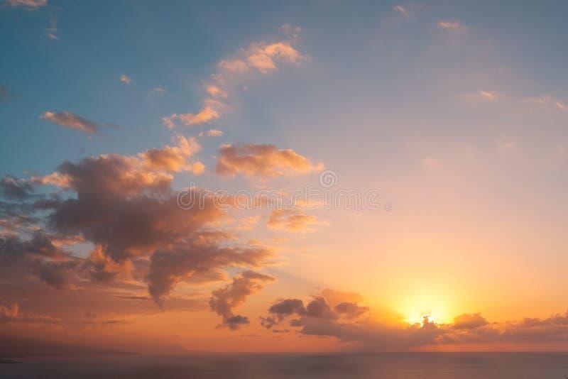 Небо над предпосылкой океана - сценарное небо захода солнца над водой - colo стоковые изображения rf