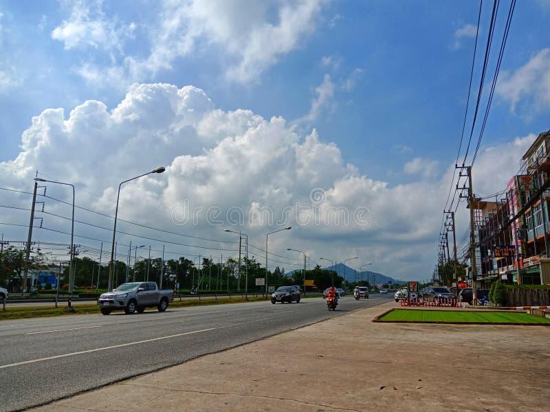 Небо над улицей стоковое изображение