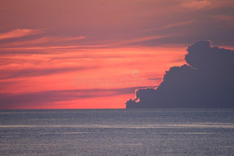 Небо начинает показывать приходить восхода солнца над Атлантическим океаном стоковое фото