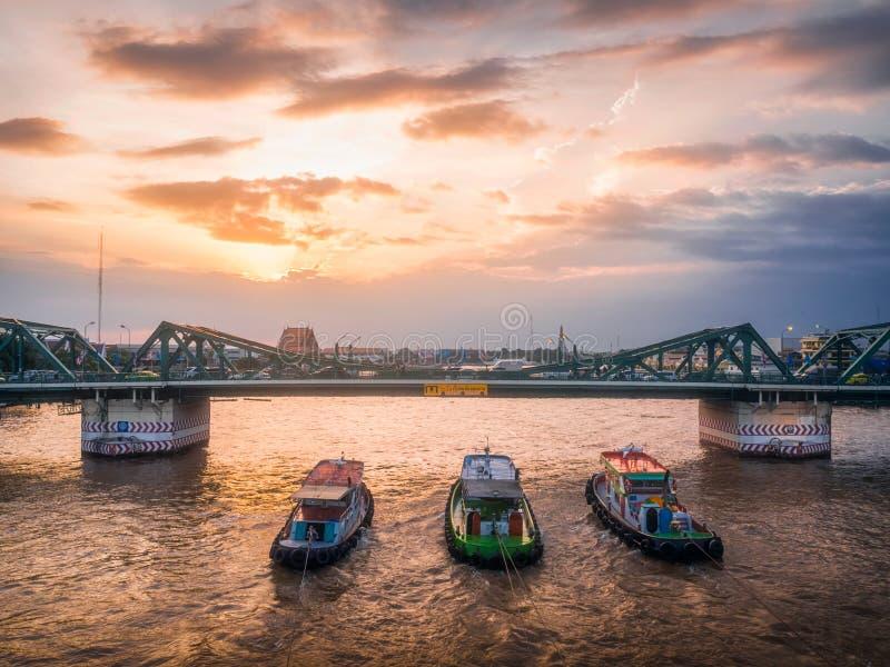 Небо на заходе солнца и мосте стоковая фотография rf