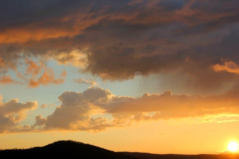 Небо на заходе солнца и темный - серые облака загоренные самыми последними лучами стоковая фотография