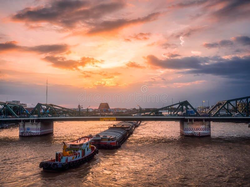 Небо на заходе солнца Старый разрушенный мост стоковое фото