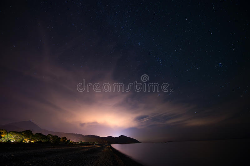 Небо ночи звёздное на морском побережье в Cirali, Турции - благоустраивайте экстерьер стоковые фотографии rf